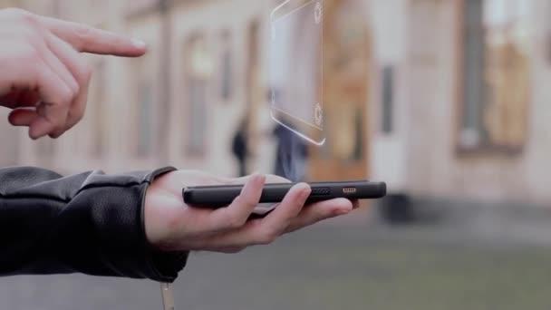 Férfi kezét megjelenítése smartphone fogalmi Hud hologram értékesítés