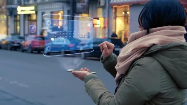 Nicht erkennbare Frau auf der Straße stehen interagiert Hud-Hologramm mit Text Fintech