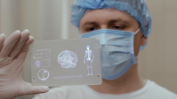 Arzt mit futuristischem Hologramm hud screen Tablet