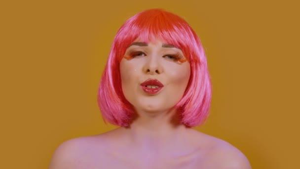 Žena zpívá na světle oranžovém pozadí