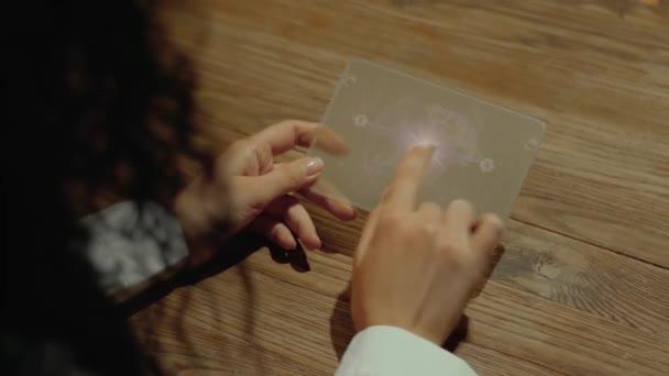 Hände halten Tablet mit Textdatenintegration
