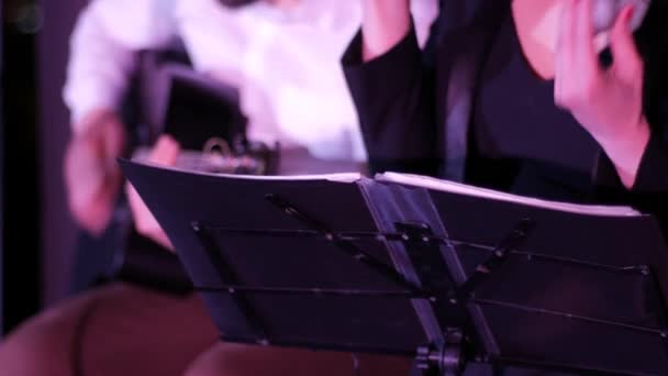Zeneállvány a háttérben a zenészek