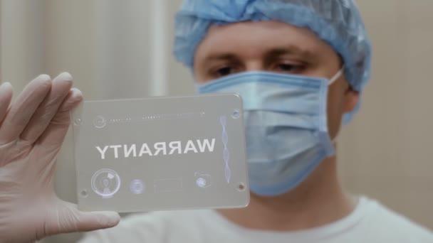 Arzt verwendet Tablet mit Textgarantie