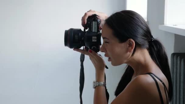 Fotograf arbeitet im Atelier