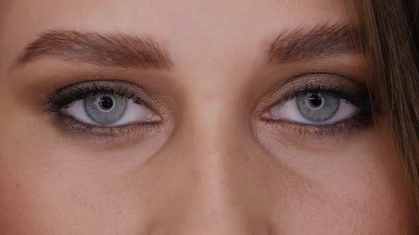 Modré oči zblízka