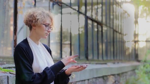 Blonde uses hologram Law
