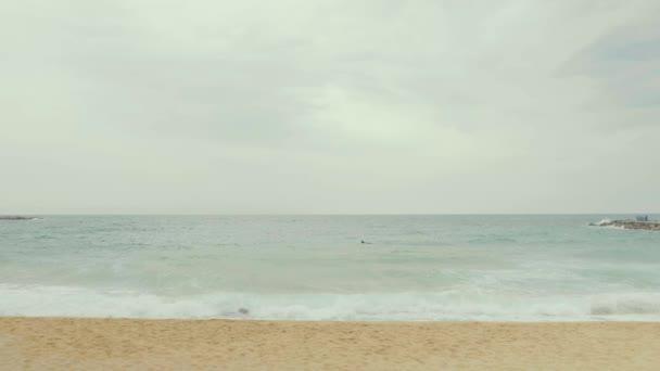 Oblačné dny nekonečné krajiny. Beach Španělsko, Barcelona 03.05.2019. Písek, moře, vítr.