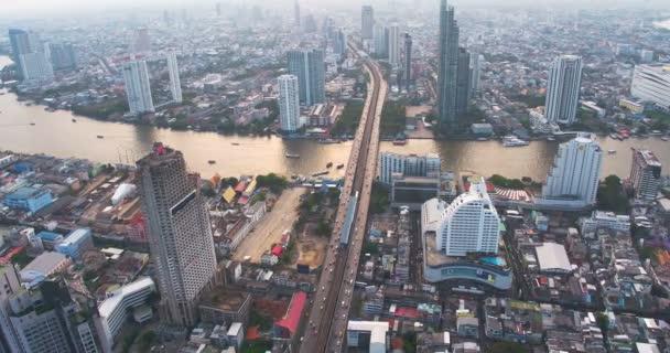 Letecký pohled na Taksin Bridge a Sathorn Road v srdci Bangkoku. Thajsko