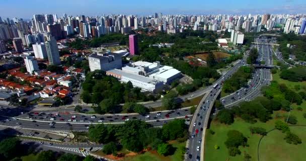 Grand Avenue s provozem, DRONY záběry avenue se spoustou provoz ve velkém městě, 23 může Avenue, Sao Paulo, Brazílie, Jižní Amerika