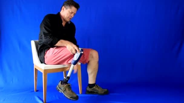 Pohledný muž, špatné fyzické aniž jsou dotčeny, sedět v křesle otáčí a podporuje protézy a listy s úsměvem. Další možnosti v mém portfoliu