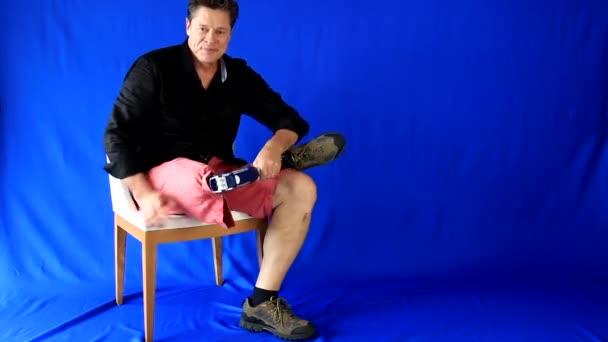 Přejdete na: pohledný muž vstoupí a sedí na židli, na obrazovce, usmívá se dívá na dvou místech a opírá o prothesis, úsměvy a opustil scénu. Další možnosti v mém portfoliu