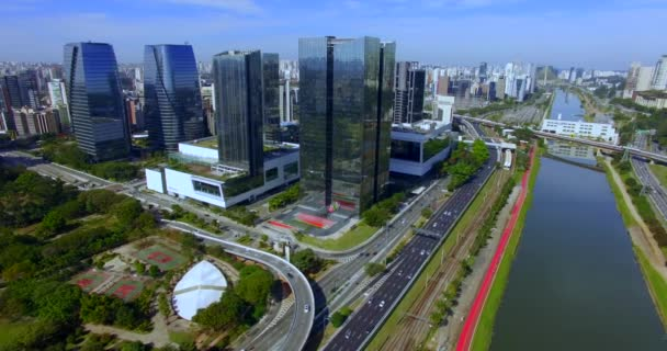 Moderní architektura. Moderní budova na světě. Letecký pohled na Avenida Marginpinheiros. Budova Santander bank. JK Building Shopping. Sao Paulo City, Sao Paulo, stát/Brazílie Jižní Amerika. 07/21/2019