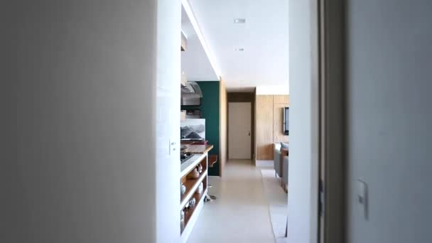 Modern lakás. Modern nyitott lakótér konyhával.