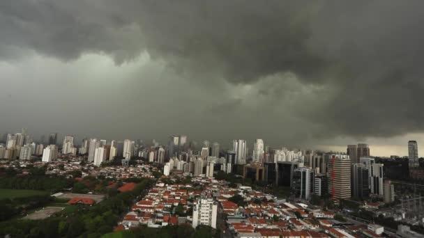 Sötét és drámai felhők az eső. Nagyon erős eső ég a városban a Sao Paulo, Brazília Dél-Amerika.