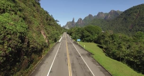 Velká cesta rovně. Jen jedním způsobem. Exotické hory, nádherné hory. Hora prstu Boží. město Teresopolis, stát Rio de Janeiro, Brazílie, Jižní Amerika.