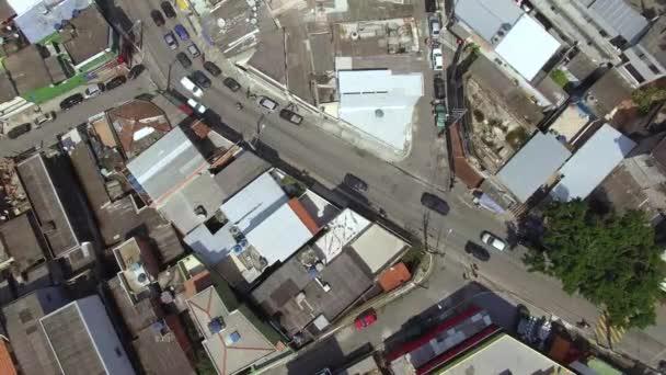 Nad křižovatkou a ulicemi. Slum. Město Sao Paulo, okres Jardim Avenue. Metro Capao Redondo. Brazílie.