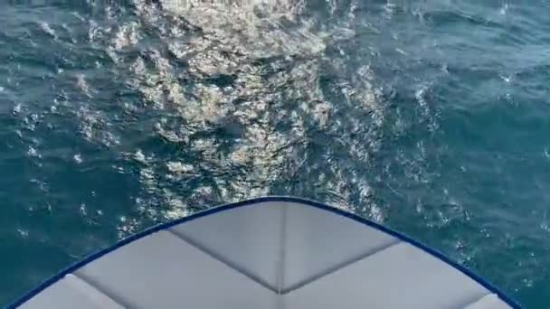 Loď pluje na moři. Pohled před loď.