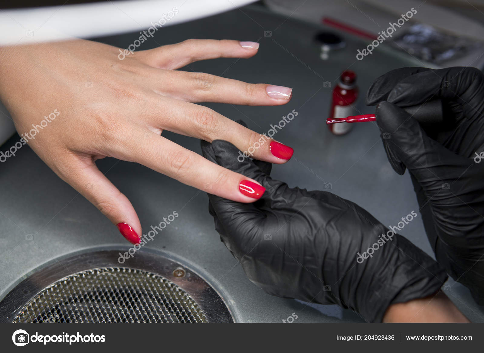 Mujer Que Tiene Un Clavo De La Manicura En Un Salón De