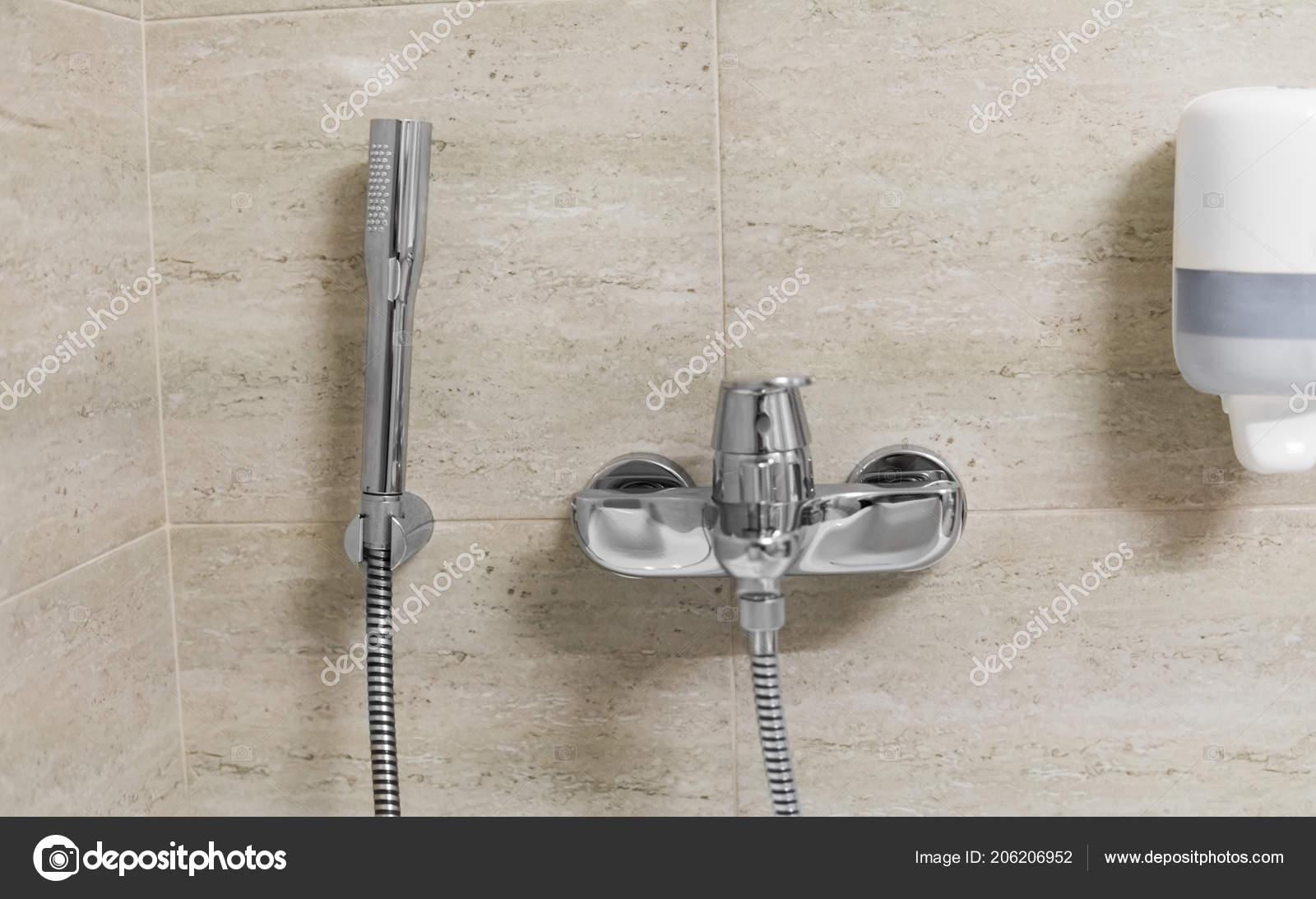 Dusche Und Bad Armaturen Im Badezimmer Stockfoto C Volodymyrshtun