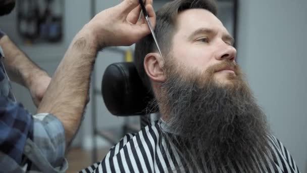 Brody Robi Fryzjer Fryzura Z Dorosłych Mężczyzn Z Długą Brodę W Salonie Fryzjerskim Męskie Oporządzanie Konia Brodę Fryzjer W Miejscu Pracy Broda Fryzur I Strzyżenie W Fryzjer