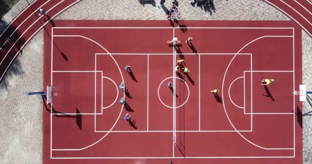 Lidé hrát volejbal na sportovní hřiště stadion z ptačí perspektivy. Sportoviště pro přehrávání velké tenis, basketbal, fotbal, fotbal, běh, volejbal