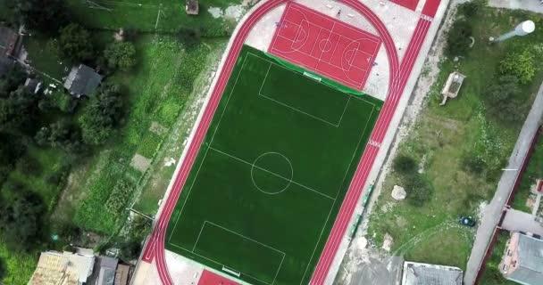 Üres játszótér sportstadion a madártávlat. Sportpálya, a játék a nagy tenisz, kosárlabda, futball, foci, futás.