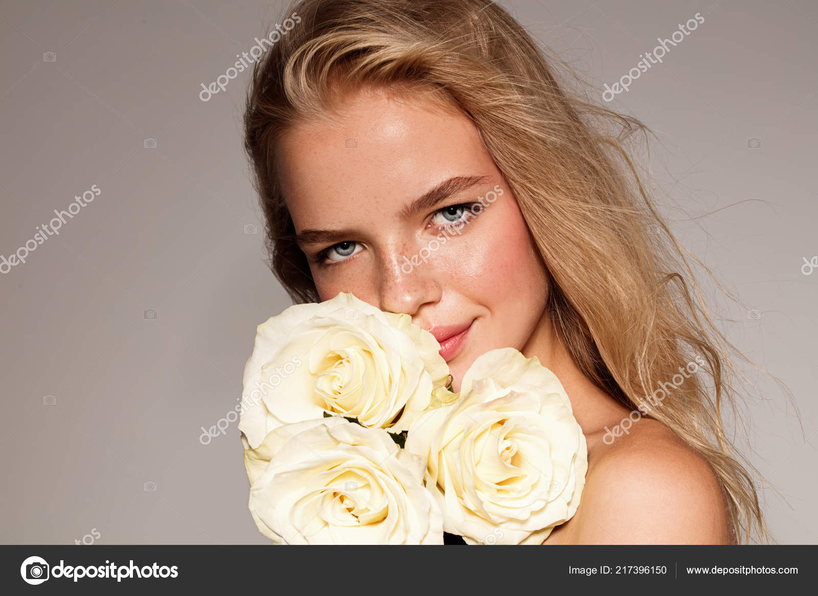 Junge Schönheit Modell Mit Weißer Rose Perfekter Glanz Haut