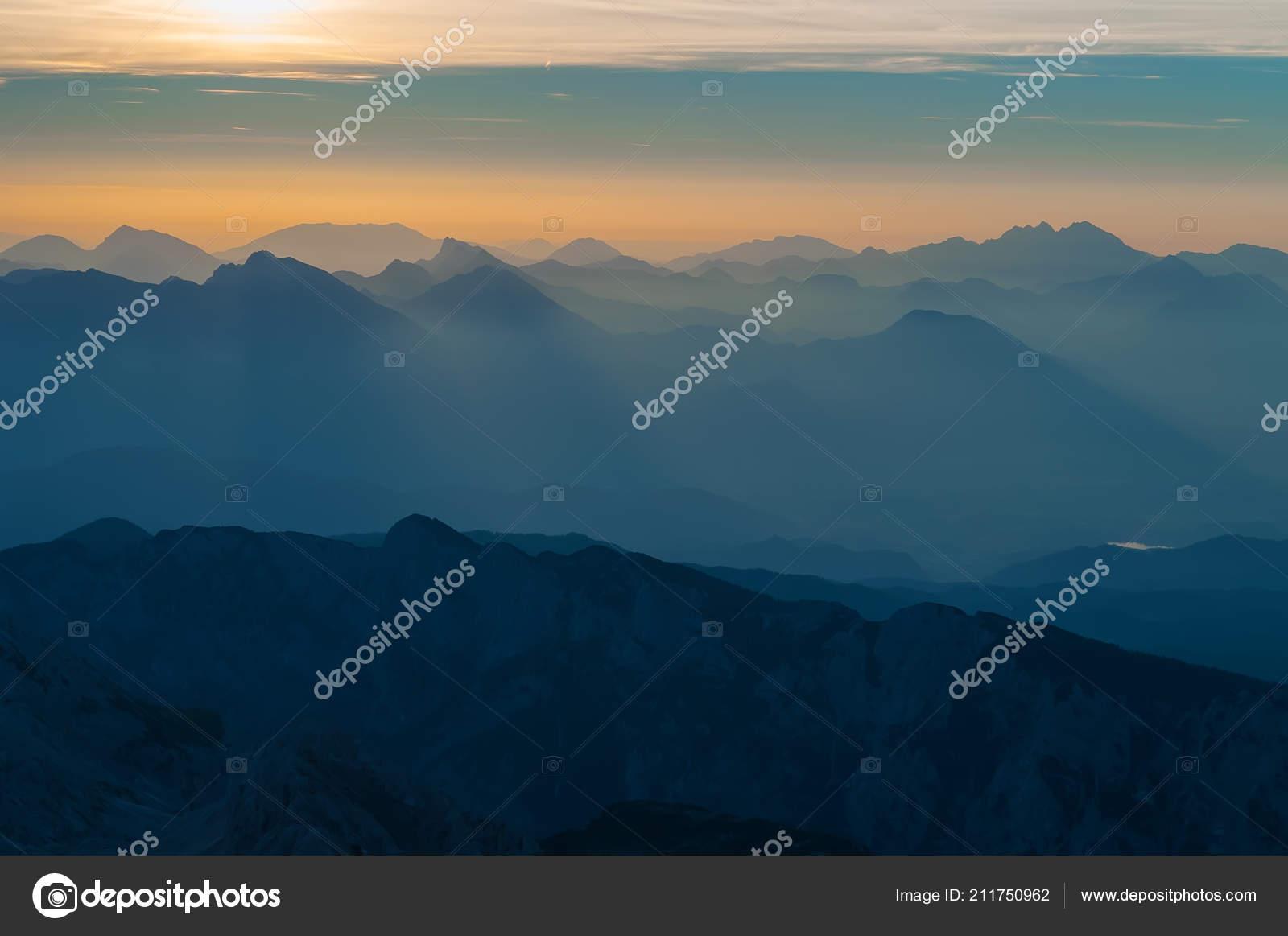 Couches De Chaînes De Montagnes Et De Collines Au Lever Du Soleil En
