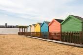 Fotografie Bunte Strandhäuschen auf dem Cardiff Bay Beach Festival. 2018 auf Alexandra Head, eine neu entwickelte Website auf Cardiff Bay Barrage