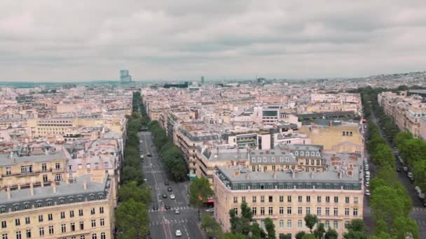 Eski ilçe ve Montmartre bölge Paris, Fransa Slow Motion çatılarda panoramik yukarıdan. Cityscape arabalar yolda. Triumph arch vurdu