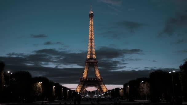 Paříž, Francie - 08 srpna 2018: Eiffelova věž v centru hlavního města. Pohled z oblasti Marsu. Dobrý večer, osvětlení je na