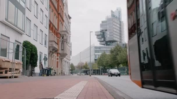 Hannovi, Německo-říjen 2018: městská doprava na rušné ulici. Autobus projíždí kolem kamery. Na pozadí je moderní architektonická budova vysoká. Zpomaleně