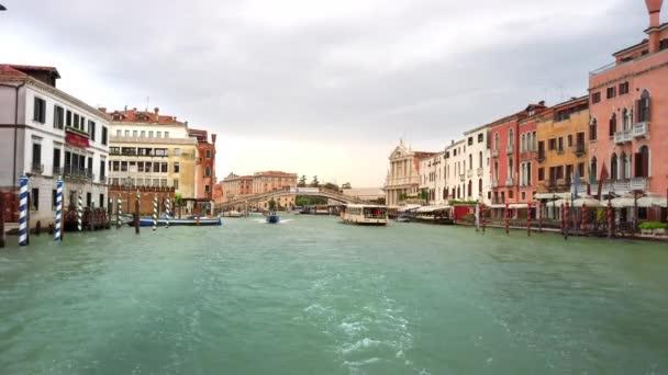 Benátky, Itálie-květen 2019: kamera klouzne po hladině. Napodobení pohybu člunu podél velkého kanálu. Zpomaleně