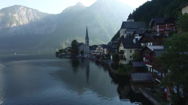 Hallstatt, Rakousko - 14 září 2016: kultovní krajiny pohled obce Hallstatt s luxusní horské domy a církev Halštatského jezera mezi vysokými horami Alp