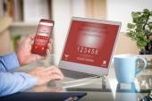 Fényképek Kezében okostelefon, notebook, az e-commers és a gyártás mobil fizetés, online rendelés