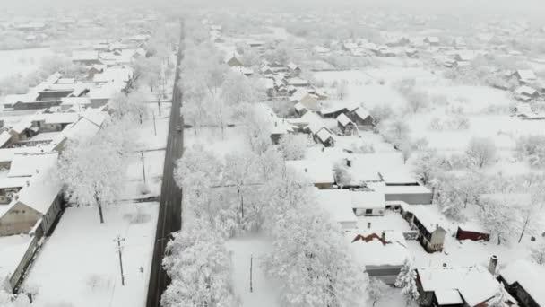 DRONY 4k letecké záběry obce pokryté sněhem. Bílá zakalená zimní počasí.