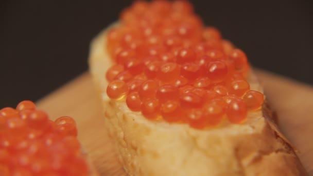 Panino con il caviale rosso 005 / rosso caviale spalmato su pane bianco con burro