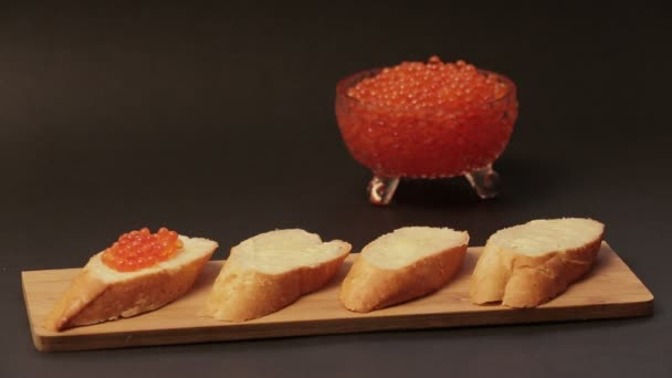 Sendvič s červeným kaviárem 001 / červený kaviár namazané na bílém chlebu s máslem