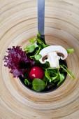 A fából készült bowl tál friss saláta