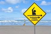 Varovné znamení silné proudy, na pláži, Muriwai Beach, Západní pobřeží, Auckland, Auckland Region, Nový Zéland, Oceánie