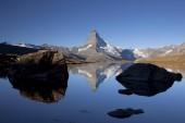 Photo Morning mood with the Matterhorn reflected in Lake Stellisee, Zermatt, Valais, Swiss Alps, Switzerland, Europe