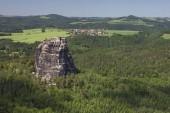 malebný pohled skálu Falkenstein v Labských pískovcích, Sasko, Německo, Evropa