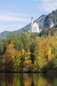 Fotografie malerischer Blick vom Alpsee auf Schloss Neuschwanstein im Herbst, Ostallgäu, Bayern, Deutschland, Europa