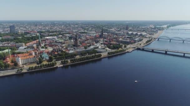 Slowmotion Riga Město mosty DRONY let staré město air letu s budov a aut, nedaleko řeky daugava a knihovny