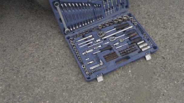 Autó javító eszközök az utcában a kerék, aszfalton