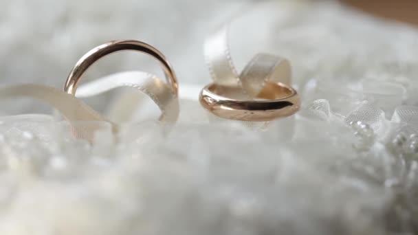 Snubní prsteny makro detailní zlata diamon šperky