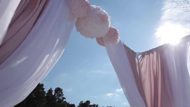 Decorazioni di nozze da flogistica cerimonia di fiori bianchi e rossi vicino al mare