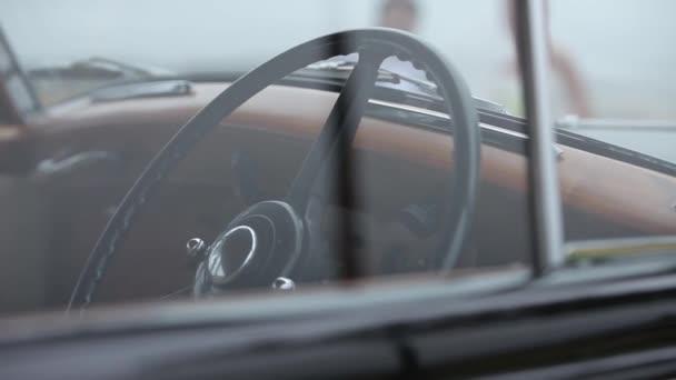 Vintage fekete régi autó belső, a kerék és a ablak