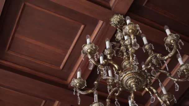 Vintagechandelier na dřevěný strop ve starém zámku