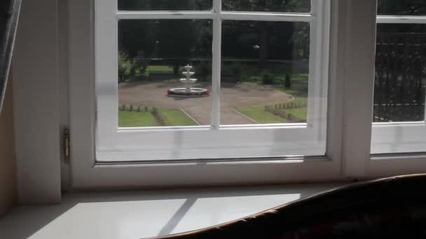 Dřevěný bílý rámeček ve starých Castle okna